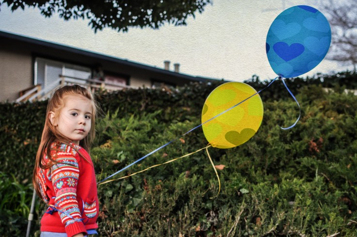 mom-photographer-kid-with-balloons